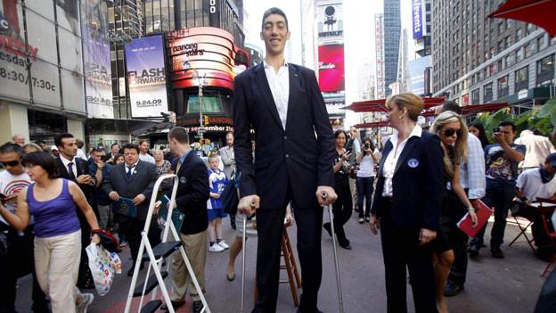 Der grösste Mann der Welt ist der 2,51 Meter grosse Türke Sultan Kösen.