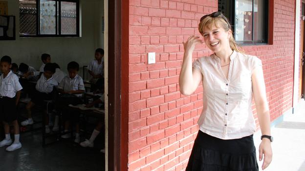 Melanie Meichle vor der «Manjughoksha Academy». Mit ihrer Unterstützung konnte die Schule im Herbst 2011 ihre eigenen Unterrichtszimmer beziehen. Gegründet wurde die Schule bereits 1995.