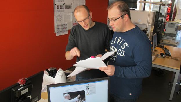 V.l.n.r. Produzent Stefan Wüthrich Moderator Michael Brunner haben alle Fragen an den Papst gesichtet.