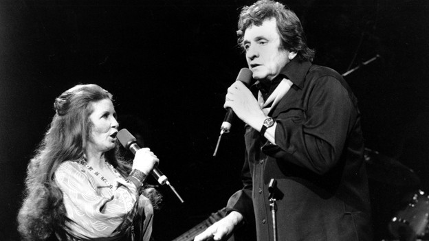 Johnny Cash mit seiner Ehefrau June Carter in der New Yorker Radio City Hall. Unter den aufgetauchten Songs gibt es auch Aufnahmen zusammen mit June Carter.