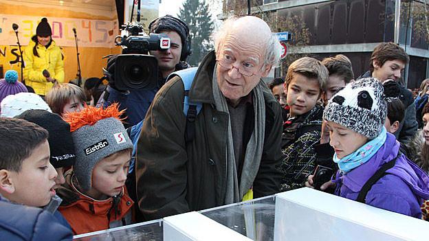 Franz Hohler gibt Autogramme vor dem Radiostudio in Zürich.