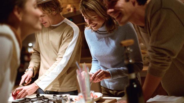 Viele Gäste in einer kleinen Wohnung sind für den Gastgeber eine Herausforderung.