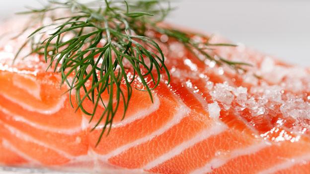Gebeizt, geräuchert oder gegrillt: Über die Festtage ist Lachs ein beliebter Klassiker.