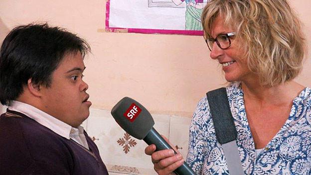 Ladina Spiess im Gespräch mit einem geistig behinderten Jungen in Delhi.