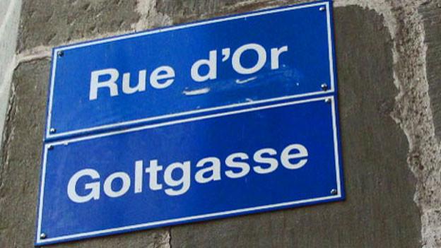 Strassentafel in der Freiburger Altstadt. Ein Übersetzungsfehler: Golt bedeutet «Geröll» und hat nichts mit Gold zu tun. Die französische Übersetzung ist falsch.