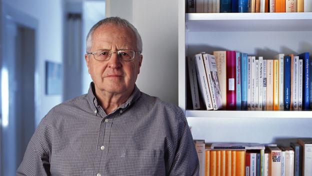 Der Autor und Journalist Peter Zeindler bei sich zu Hause.