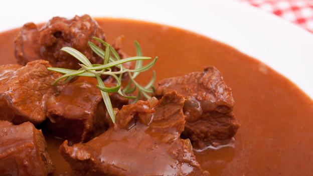 Viel Zwiebeln, Fleisch und Rotwein: Ungarisches Gulasch.