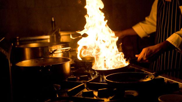 Von Fleisch bis zum Dessert: Zum Flambieren eignen sich diverse Speisen.