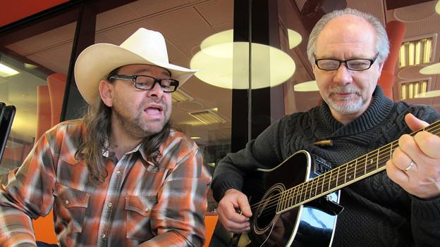 Das Weihnachtsständchen will geübt sein: Marco Gottardi (l.) und sein Gitarrist singen sich für den «Treffpunkt» ein.