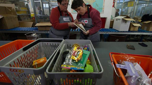 Weihnachtsgeschenke sortieren: Jedes Jahr packen freiwillige Helferinnen für «2 x Weihnachten» an.