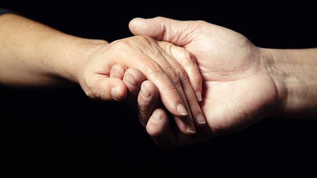 Mitmenschen zu helfen gilt als Nächstenliebe.