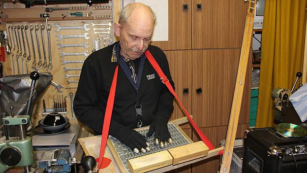 Ueli Walther mit seinem selbstgebastelten Instrument.