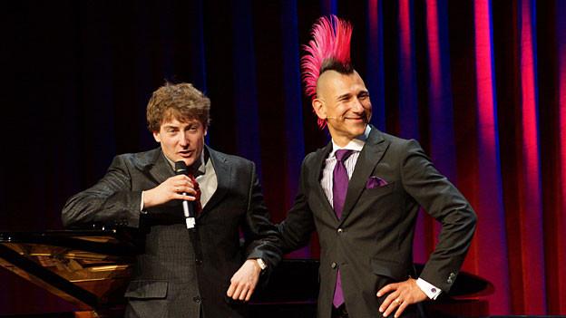 Der Preisträger Andreas Thiel mit Sebastian Krämer (links) an der Verleihung des Deutschen Kabarettpreises
