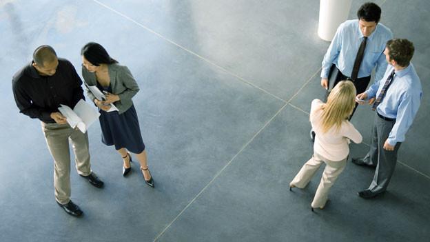 Für schüchterne Menschen können die einfachsten sozialen Handlungen zur Belastung werden.