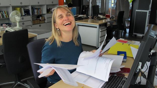Produzentin Christine Hubacher sichtet die Post und ist begeistert von den vielen Anmeldungen.