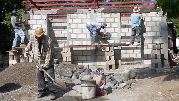 Häuserbau in Léogâne auf Haiti.