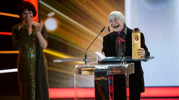Für sein Lebenswerk geehrt: Dimitri nimmt die Auszeichnung von Bundesrätin Doris Leuthard entgegen.