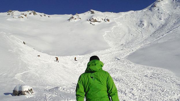 Ein Augenzeuge beobachtet Rettungskräfte bei der Suche nach Lawinenopfern im Val d'Herens (VS).