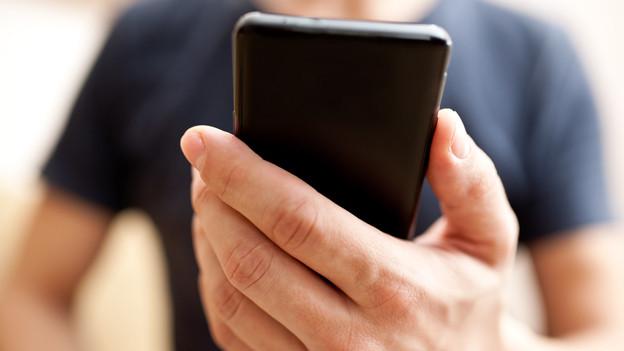 Ab wann wird der Blick aufs Handy zur Belastung? Ein Experte gibt Rat.
