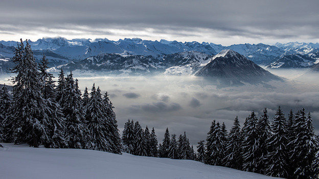 Der Bürgenstock im Nebel, aufgenommen von der Rigi aus.
