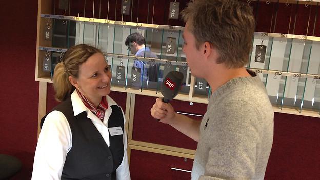 Franziska Wolf, Chef de Recéption, im Gespräch mit Reto Scherrer.
