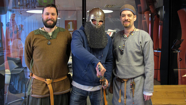 Welcher Moderator versteckt sich unter dem Wikinger-Helm? Zwei Wikinger-Fans im «Treffpunkt»-Studio.