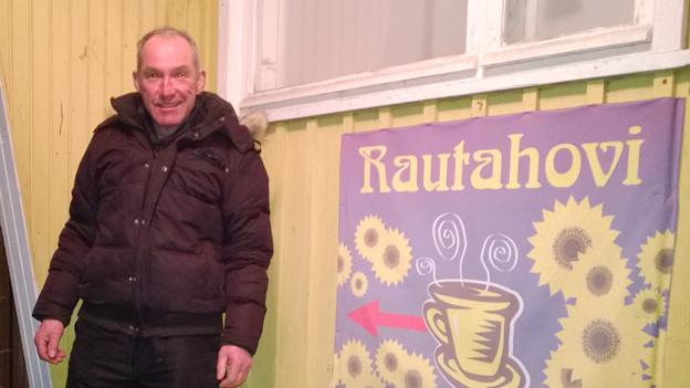 Ueli Dubach vor dem Dorfcafé, das er zwecks Pflege des Soziallebens jeden zweiten Morgen besucht.