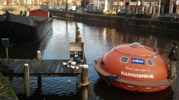Hochsee-Kapsel auf einer Gracht in Amsterdam.