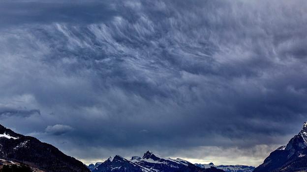 Dunkle Föhnwolken am Himmel über dem Churer Rheintal.