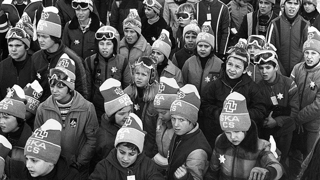 Für zwei Wochen ohne Prüfungsstress und Zeugnis-Albträume: Zürcher Schüler brechen zum Skilager auf (1977).