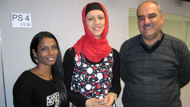 Karniga Puvaneswaran-Balakumar, Nuran Serifi und Kamaran Kamil im Studio von Radio SRF 1 (v.l.).