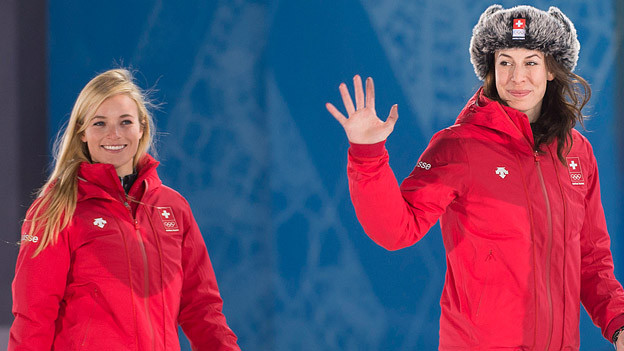 Lara Gut (links) und Dominique Gisin winken in Sotschi.