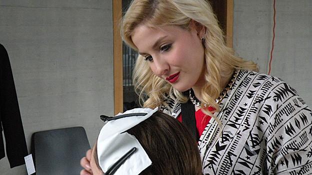 Madleina von Reding frisiert eine Frau.