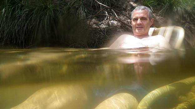 Abkühlung im Outback: Josef Schacher im selbergebastelten Wasser-Liegestuhl.