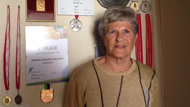 Heidi Graber vor ihrer Medaillen-Wand.