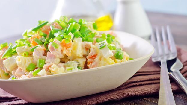 Teller, gefüllt mir russichem Salat.