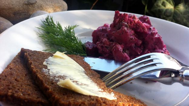 Heringsalat mit roten Randen und Brot.