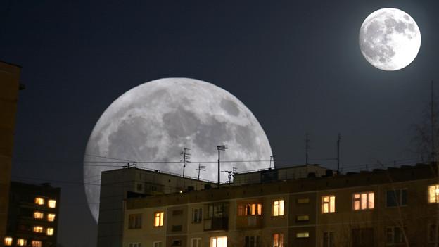 Mond über einer Wohnsiedlung.
