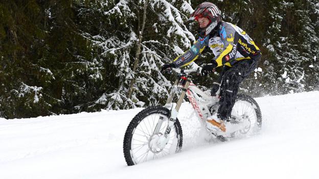Warum nicht? Mountainbiker im Schnee in Morgins (VS).