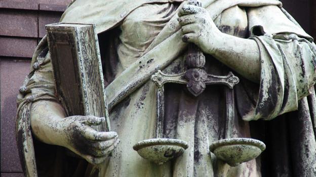 Bronzestatue Justizia.