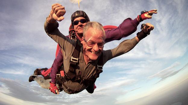 Ein Renter am Tandem-Fallschirm.