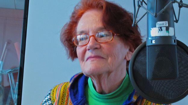 Die 78-Jährige Winterthurerin liebt es bunt: farbige Bluse und rote Haare.