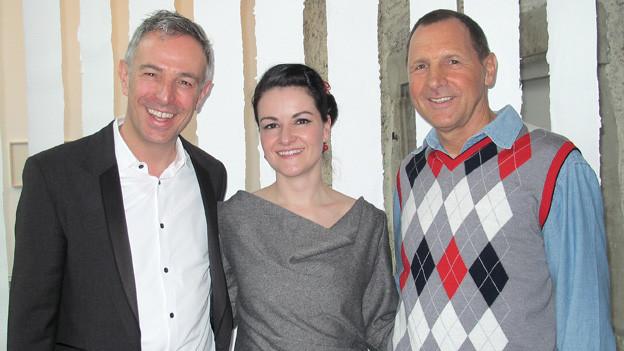 Dani Fohrler (links) mit «Frölein Da Capo» Irene Brügger und Goldwäscher Toni Obertüfer.