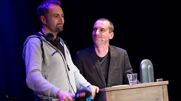 Moderator Michel Gammenthaler mit dem SRF Redaktor Alexander Götz