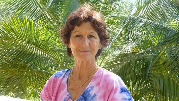 Rita Amitirigala vor Palmen.