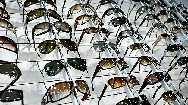 Sonnebrillen im Regal.