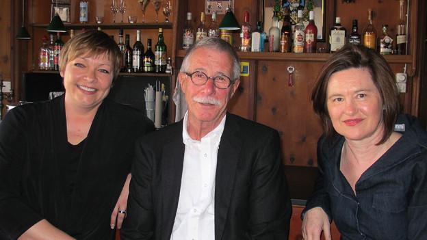 Katharina Kilchenmann (rechts) in der Bar mit Kirsten Hammerich und Bruno Arn.