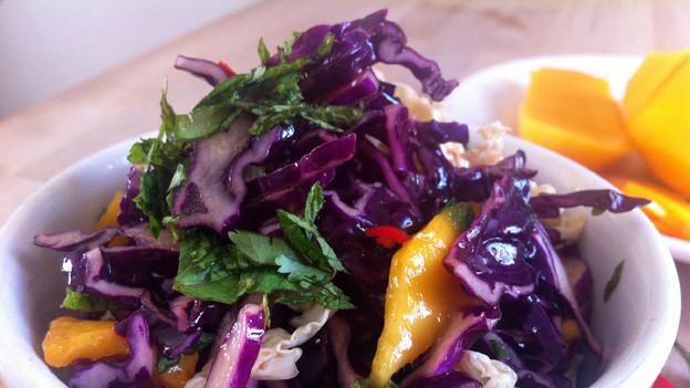 Salat mit Rotkohl und Mango.