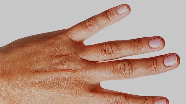 Hand mit gepflegten Fingernägeln.