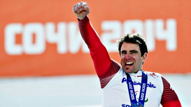 Skirennfahrer Christoph Kunz jubelnd an den paralympischen Spielen in Sotschi.